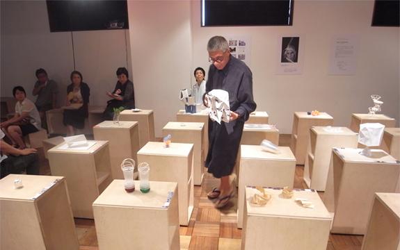 カラトローニ氏 各展示作品の講評中の様子