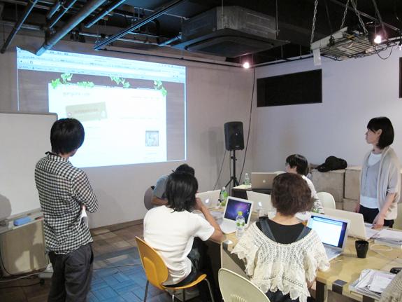 授業で作るサイト企画を発表中