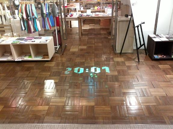 kara-Sの入口の床に投影した作品